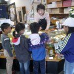 平谷村の小学生が、焼きたて「きんつば」を社会科見学